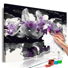 Artgeist Malen nach Zahlen - Violette Orchidee (schwarzer Hintergrund & Wasserspiegelung)
