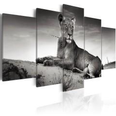 Artgeist Wandbild - Löwin in der Wüste